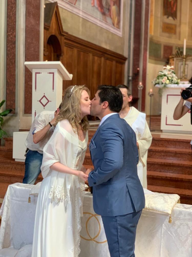 Os noivos se beijam no altar da Chiesa Sacro Cuore di Gesù