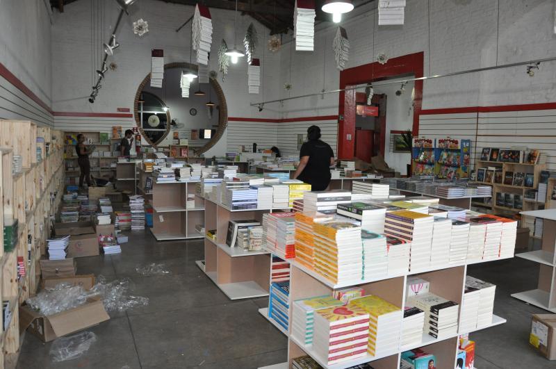 José Reis - Na tarde de ontem, expositores realizavam os últimos detalhes nos estandes de livros