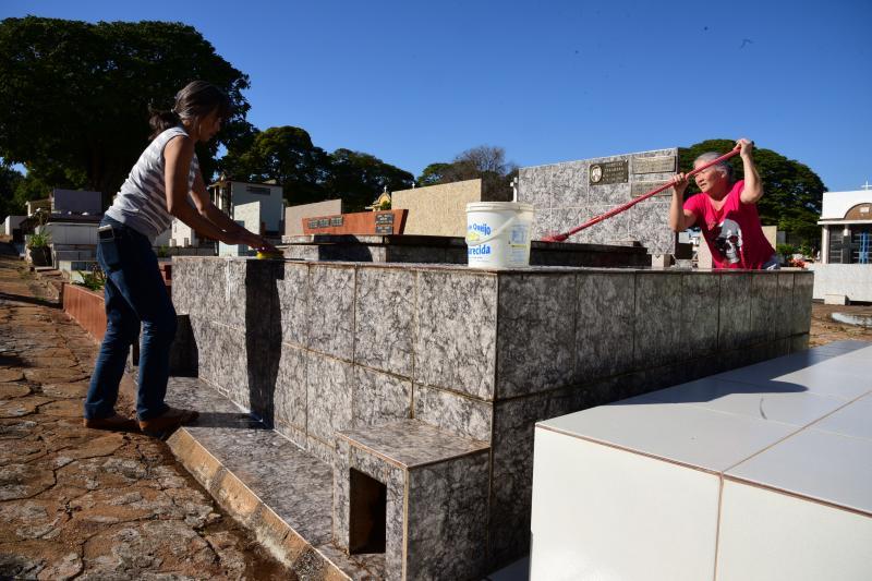 Paulo Miguel - No local, alguns familiares aproveitaram o sábado para limpar as sepulturas