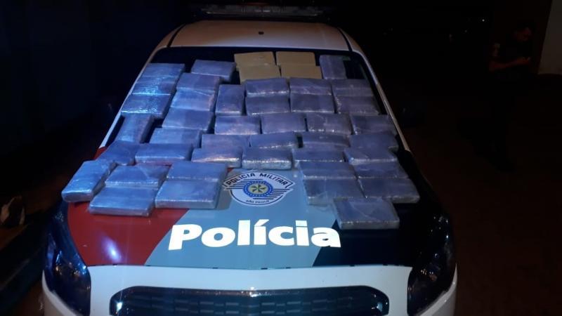 Polícia Militar - Homens foram flagrados com 41 tijolos de maconha e quatro de cocaína