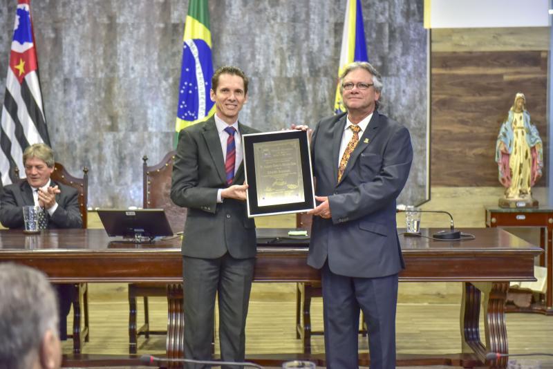 Divulgação - Cesar Lima recebe a placa de Cidadão Jauense das mãos do autor da homenagem, vereador Fernando Barbieri