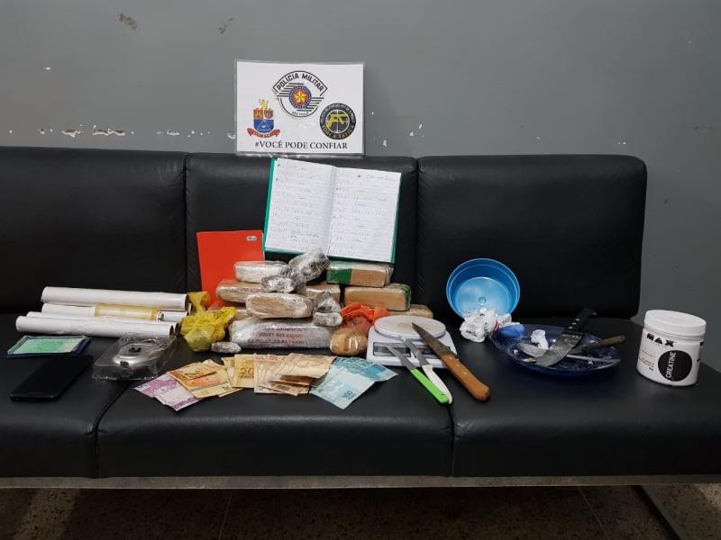 Polícia Militar - Entorpecentes, balanças e diversos apetrechos estavam na casa do homem que transportava maconha