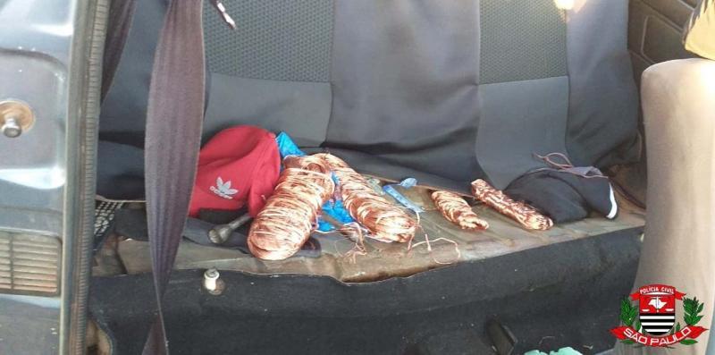 Polícia Civil - Investigadores encontraram fios de cobre escondidos embaixo dos bancos do veículo