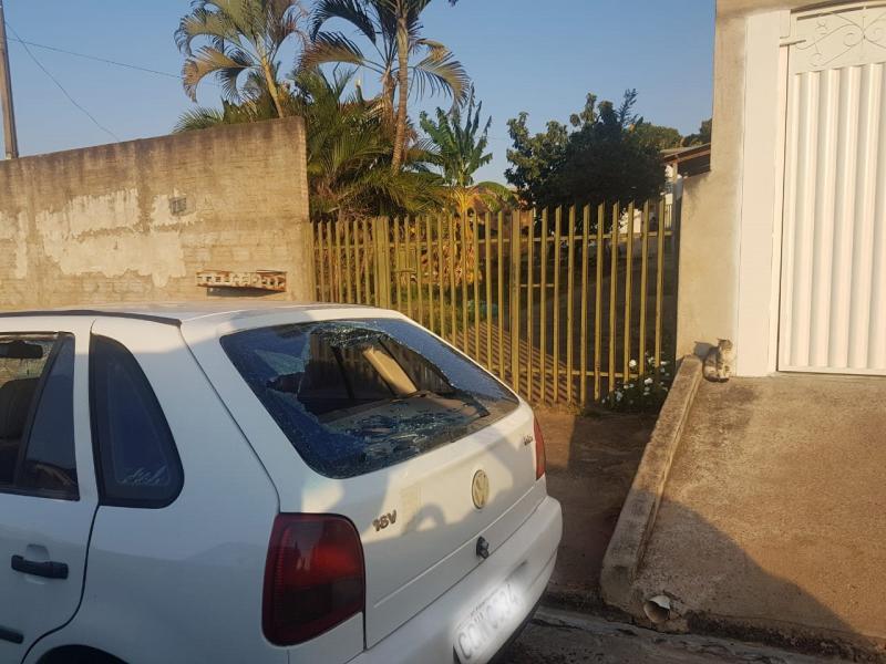 Polícia Civil - Autora foi pega em flagrante pelos policiais deteriorando veículo de ex-companheiro
