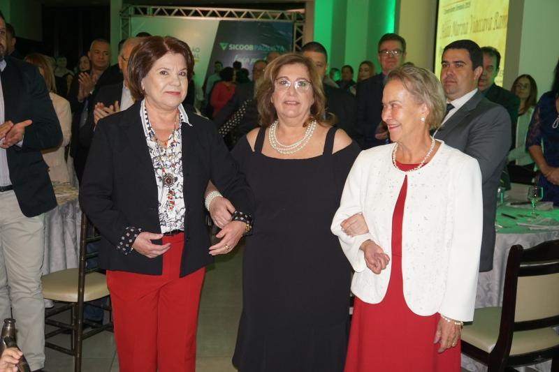 Antonia Jacinto Bergamo, diretora da Acipp, e Maria das Graças Ferraz, do Sincomércio, conduziram a homenageada à mesa principal