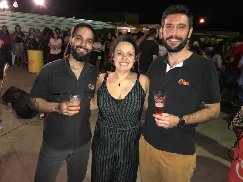 """Mestres cervejeiros, Guilherme """"Barba"""", Larissa Colmanetti e Raphael Ribeiro comemoram 3 anos de Cervejaria Suinga com uma festona no quintal da fábrica"""