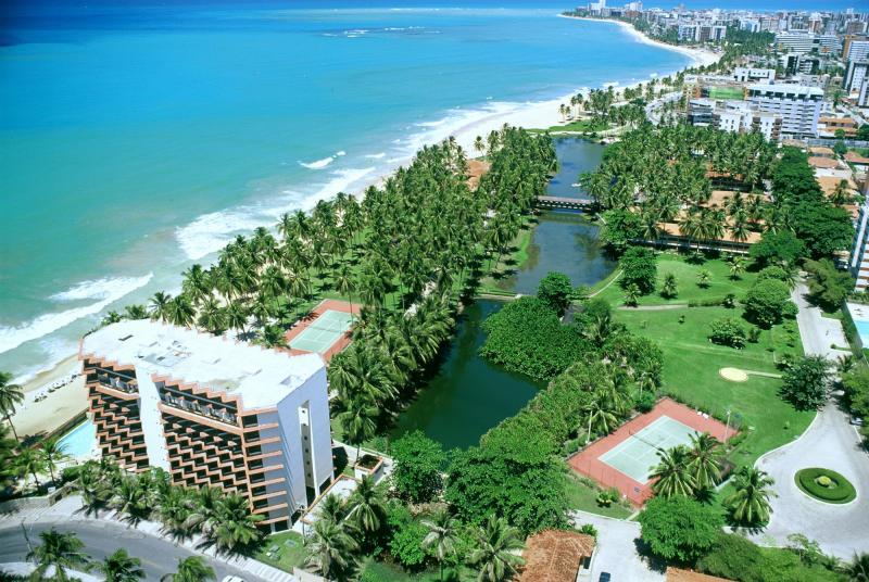 Belos resorts na orla de Maceió oferecem hospedagem de alto padrão diante de cenário paradisíaco
