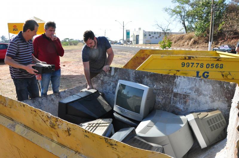 José Reis - Em menos de meia hora, fundo das caçambas já estavam forrados pelos eletrônicos