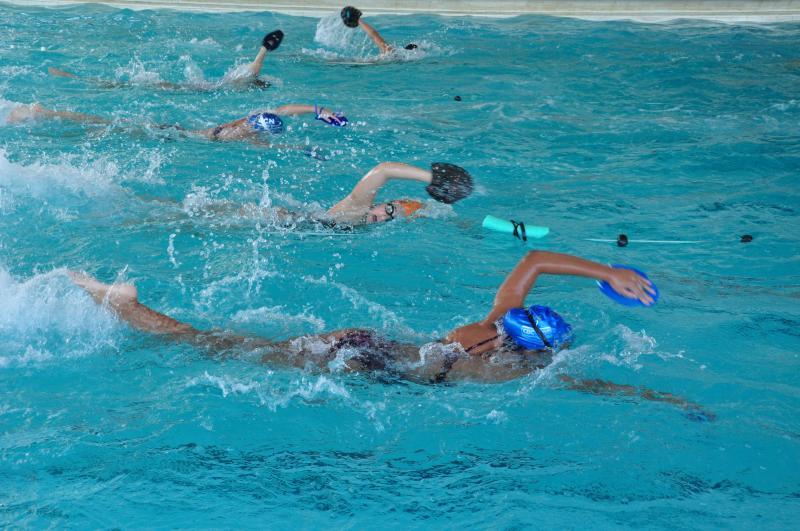 Fotos: José Reis - Mesmo com o friozinho da manhã de ontem, atletas caíram na água logo cedo