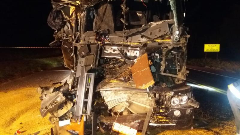 Polícia Militar Rodoviária - Homem cujo caminhão chocou-se de frente foi encaminhado em estado grave ao HR