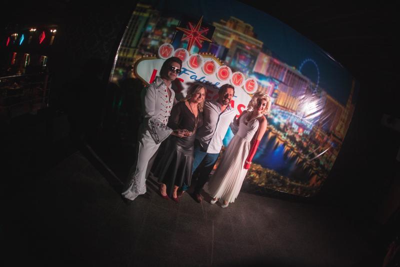 Presidente do Tênis Clube, Celmir Norbiato e a esposa Maria Angélica Norbiato, entre os personagens do evento, Elvis e Mary Moore