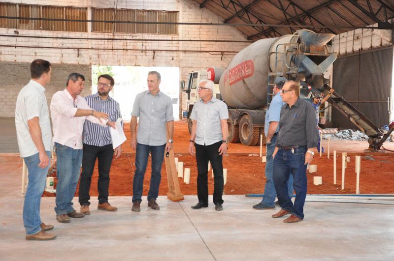 José Reis - Prefeito (centro) visitou o local e falou sobre transparência, economia e eficiência