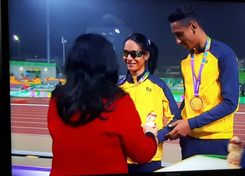 Reprodução: Momento em que Jerusa e Gabriel recebem a medalha de ouro pelos 100m