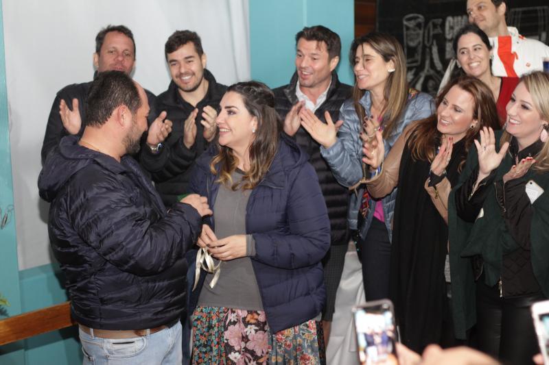 No dia do aniversário, Luciano Sassaki pede a mão da namorada Fabiola Cunha em casamento