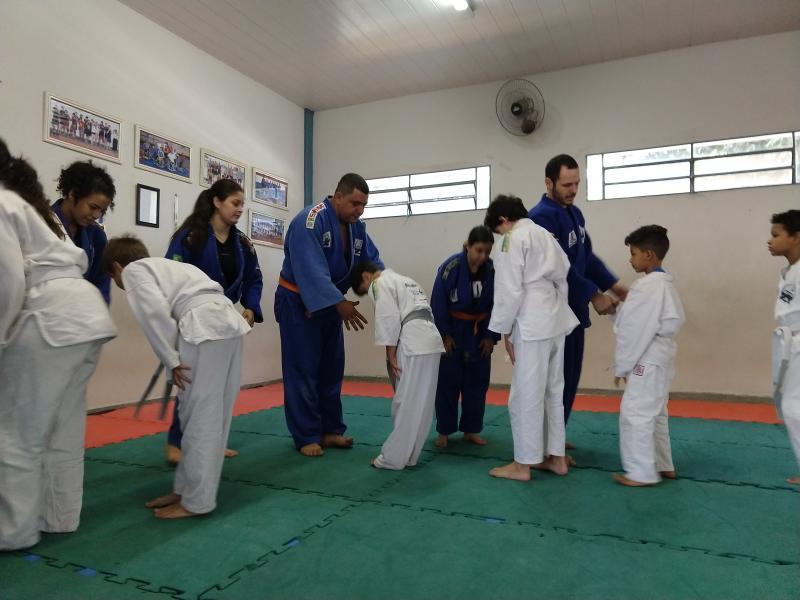 Pedro Silva -  Alunos treinam separadamente por faixa etária; todos são ensinados no mesmo tatame