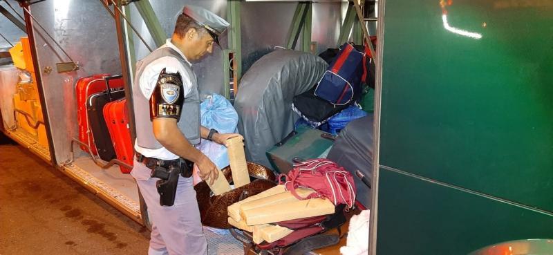 Polícia Militar Rodoviária - Ao todo, policiais apreenderam 11 tabletes de entorpecente, totalizando cerca de 15 kg