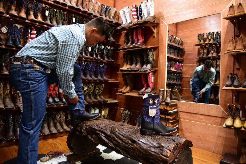 Paulo Miguel - Botas estão entre os itens mais procurados pelos clientes na Nogueira Western Center
