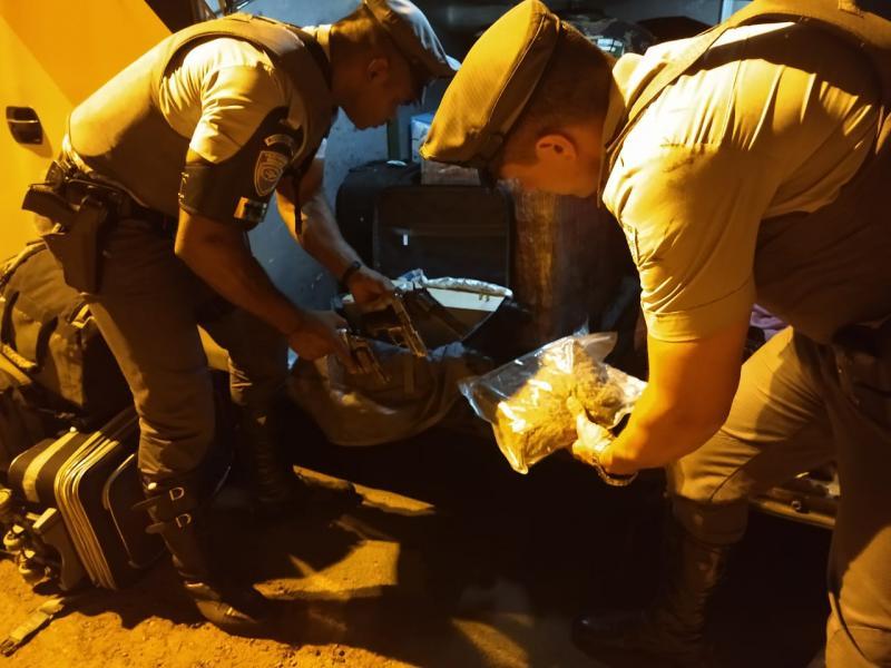 Polícia Militar Rodoviária - Jovem transportava ilícitos dentro de bagagem em um ônibus de viagem
