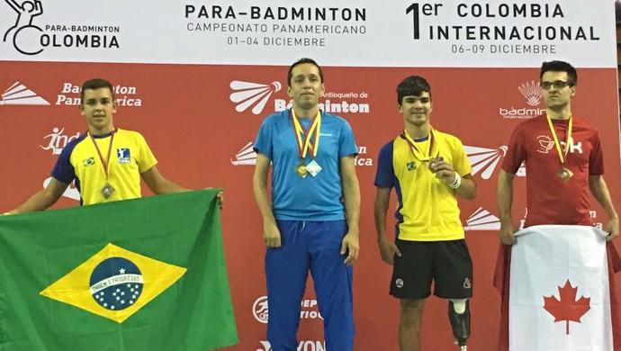 Foto: Reprodução / olimpiadatododia.com.br - No pódio, em seu primeiro Parapan, Rogério exibe a bandeira do Brasil
