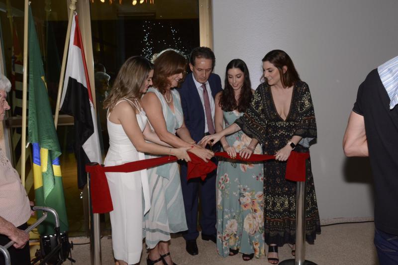 Elisabete Santos - Wilson Jaccoud e a esposa Rosangela descerraram a fita com as filhas Lara, Lorena e Marina