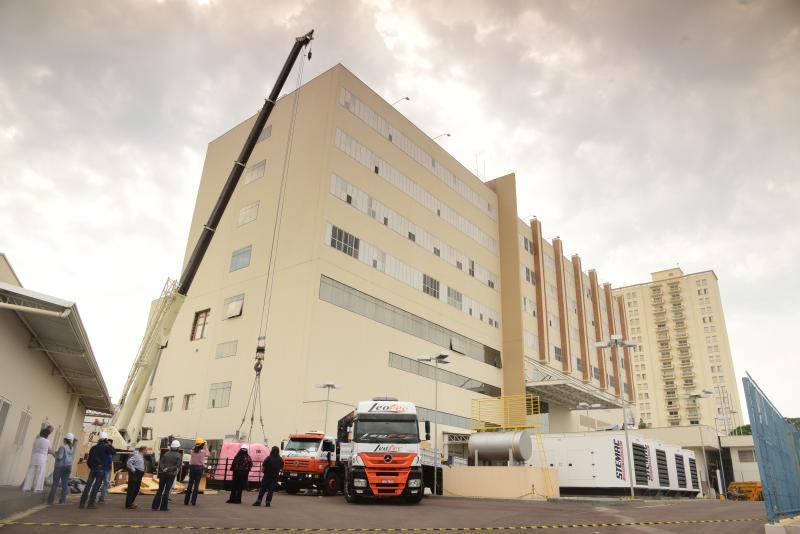 Paulo Miguel - Caminhões-guindaste fizeram a elevação do equipamento ao segundo andar do prédio