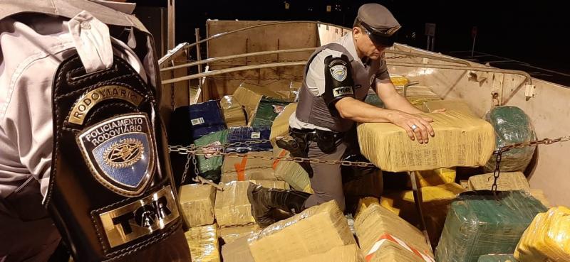 Polícia Militar Rodoviária - Droga estava sendo transportada na carroceria de um caminhão, em meio à carga de soja