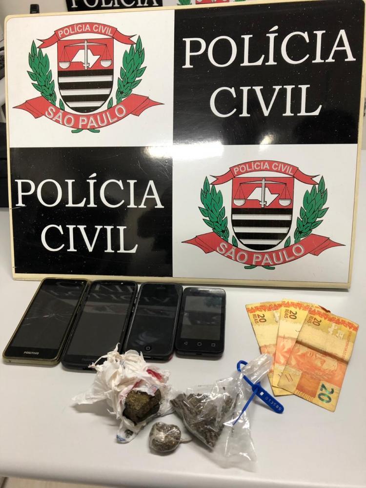 Polícia Civil - Porções de maconha e celulares também foram apreendidos