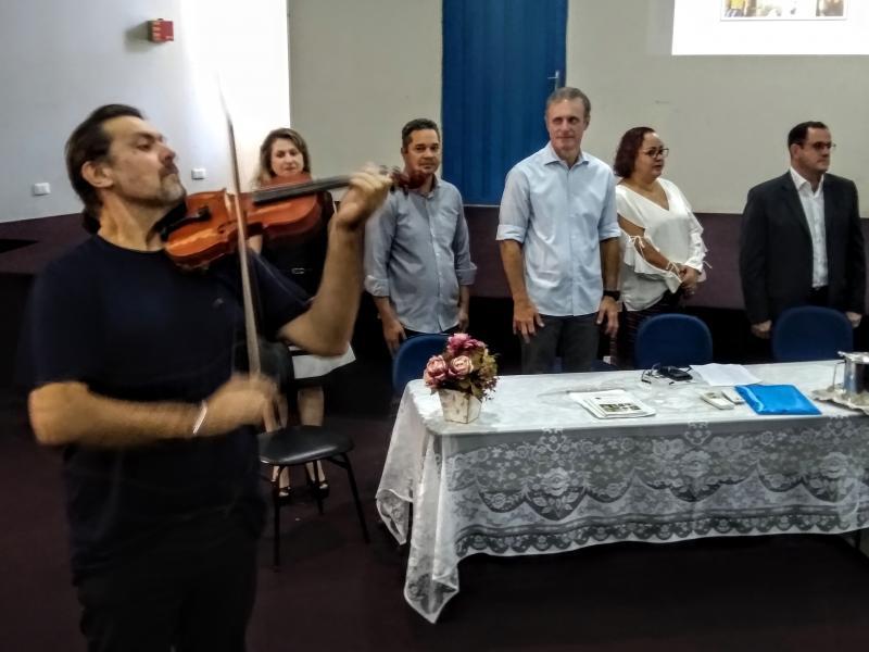 Marco Vinicius Ropelli - Maestro Luizão, do Projeto Camerata, abriu o lançamento do guia tocando o Hino Nacional