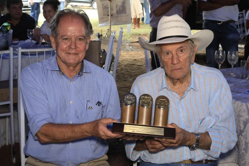 Agência Publique:Presidente da ABCZ, Arnaldo Manuel Borges, entrega homenagem ao pecuarista, Antônio Renato Prata