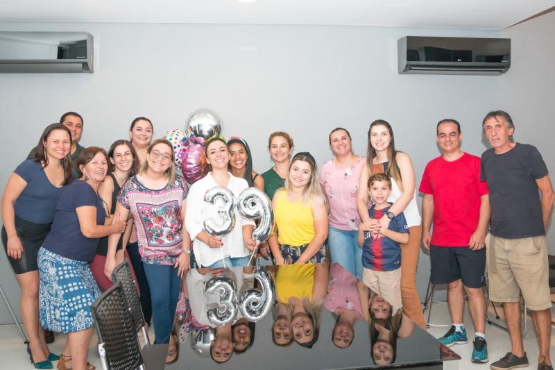 Turma reunida em uma festinha surpresa para homenagear a querida Paula Cassanho Vaz