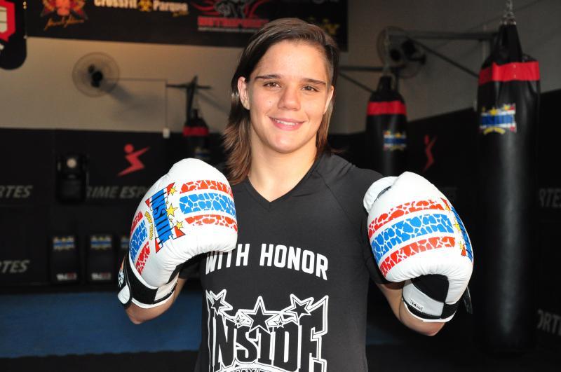 Arquivo - Ariane representa PP no México, em competição do UFC dia 21