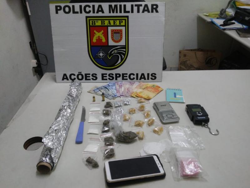 Polícia Militar - Drogas e materiais localizados foram apreendidos pelo policiamento