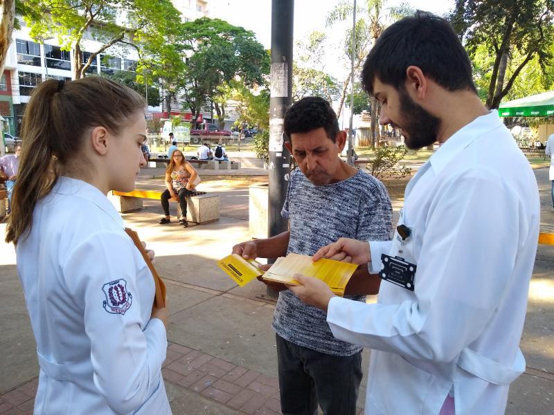 Marco Vinicius Ropelli - Estudantes da Unoeste colaboraram na distribuição de informativos e flores
