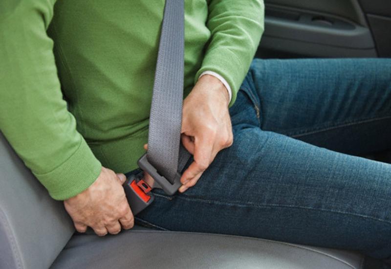 Divulgação - Em caso de acidente, passageiro do banco traseiro sem cinto é arremessado sobre ocupante do banco à frente, provocando ferimentos em ambos