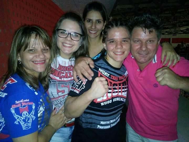 Arquivo de família - Comemoração de Ariane com a família após uma de suas lutas; hoje todos assistirão o confronto em uma bar de PP