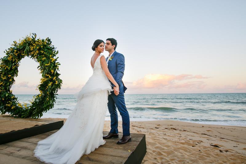 Casal Maria Clara Gregolin e Victor Guilherme Batistela trocam alianças na Casa 21 em Trancoso-BA