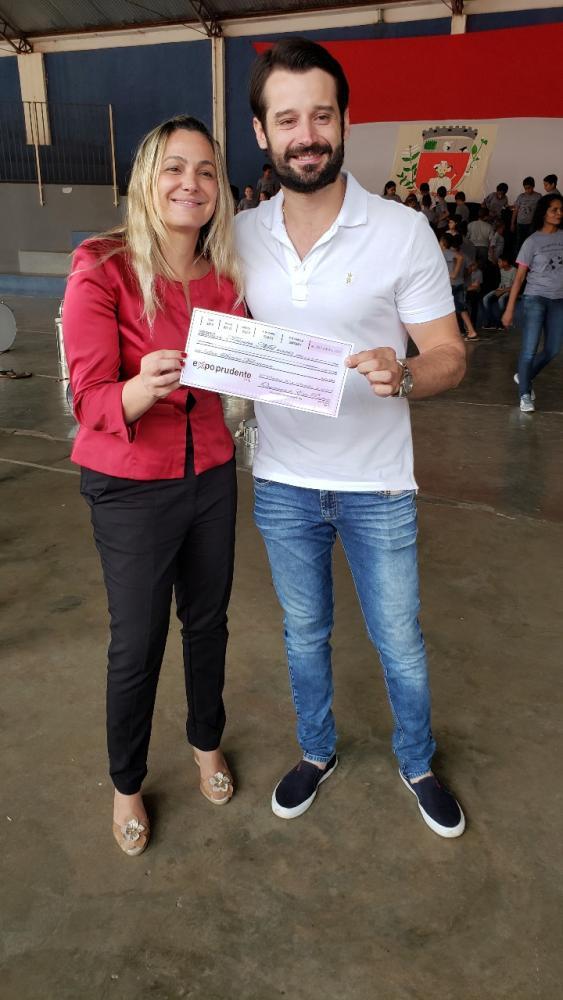 Presidente do Lar Santa Filomena Viviane Scucuglia e um dos organizadores da Expo Prudente Guilherme Piai que entrega parte da verba arrecada no evento em doação para entidade