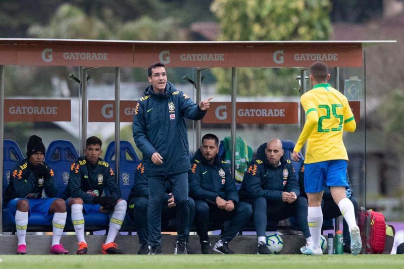Divulgação / CBF Oficial - Ataíde recebe instruções do técnico Paulo Victor Gomes em sua estreia contra Peru, quarta