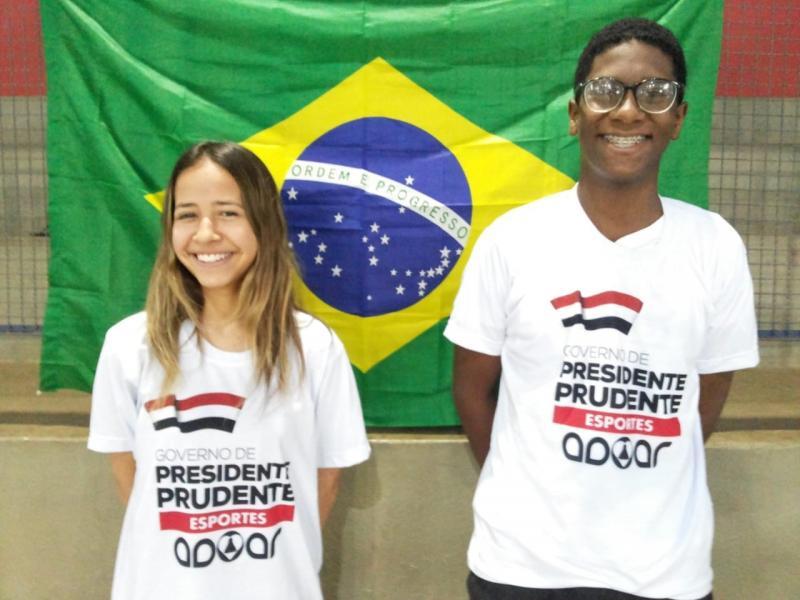 Cedida - Nicolas e Maria Victória representam o município com o badminton