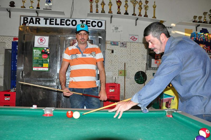 José Reis - Adevans Melo (à dir.) é praticante de bilhar e um dos organizadores do torneio em Prudente