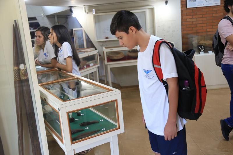Marco Vinicius Ropelli:Crianças de Machado visitam e observam peças do museu da Unesp