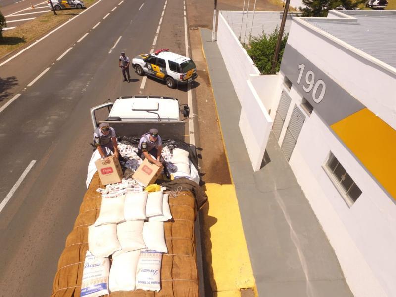 Polícia Militar Rodoviária - No caminhão com placas de Umuarama (PR), foram encontrados 300 mil maços de cigarros oriundos do Paraguai