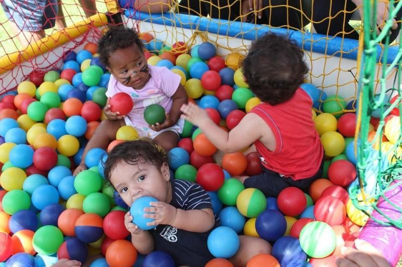Crianças se divertem na piscina de bolinhas em evento anterior