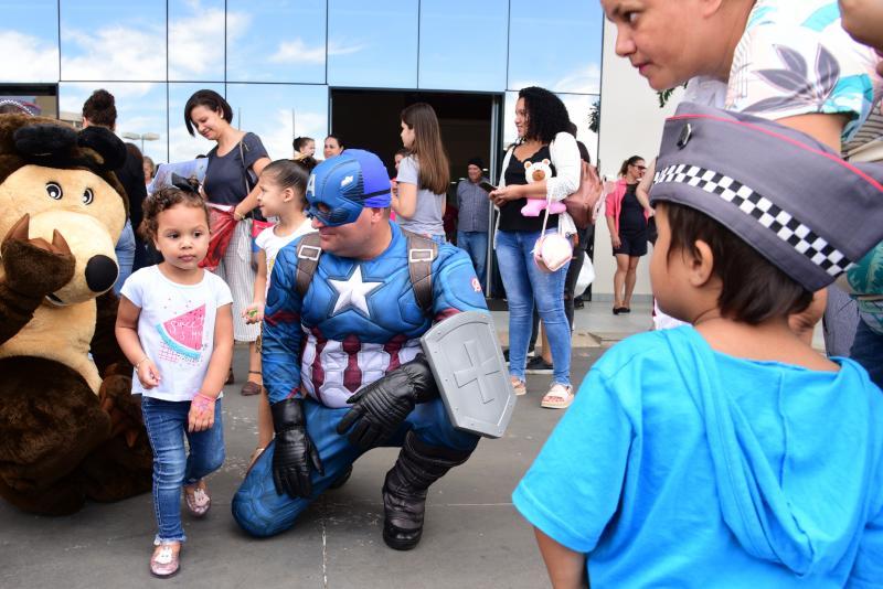 Paulo Miguel - Vestidos de super-heróis, policiais animaram a rotina de crianças em atendimento hospitalar