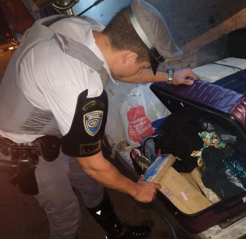 Polícia Militar Rodoviária: Droga foi localizada na mala da passageira, no bagageiro externo do veículo