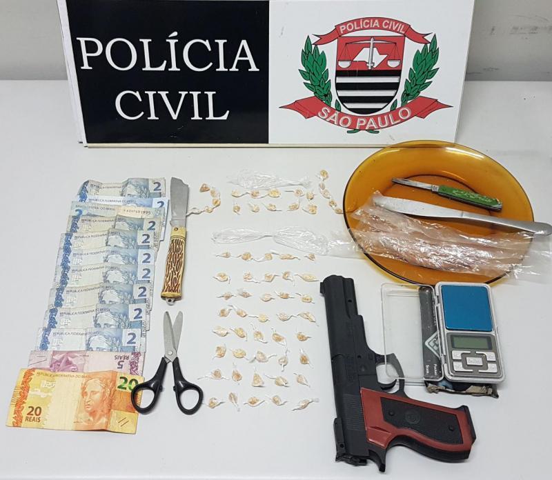 Polícia Civil - Autor tentou dispersar a droga numa casa vizinha