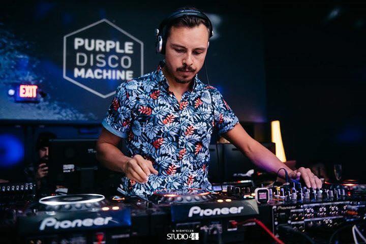 DJ e produtor alemão Tino Piontek, conhecido como Purple Disco Machine está no Brasil e se apresenta amanhã na Vaca Lôca 21 anos em Araçatuba