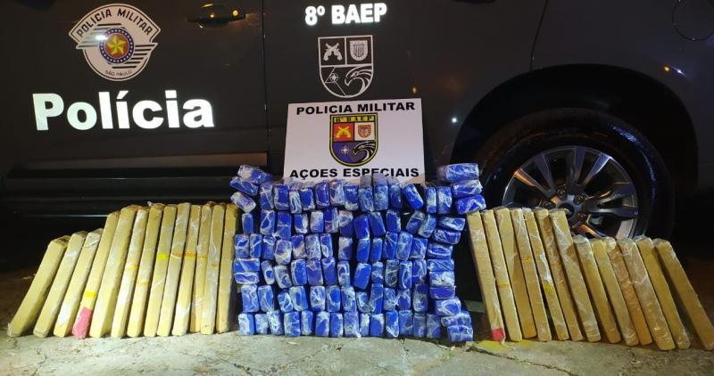 Cedida - Grande quantidade de maconha foi localizada pelos policiais em duas ocorrências distintas