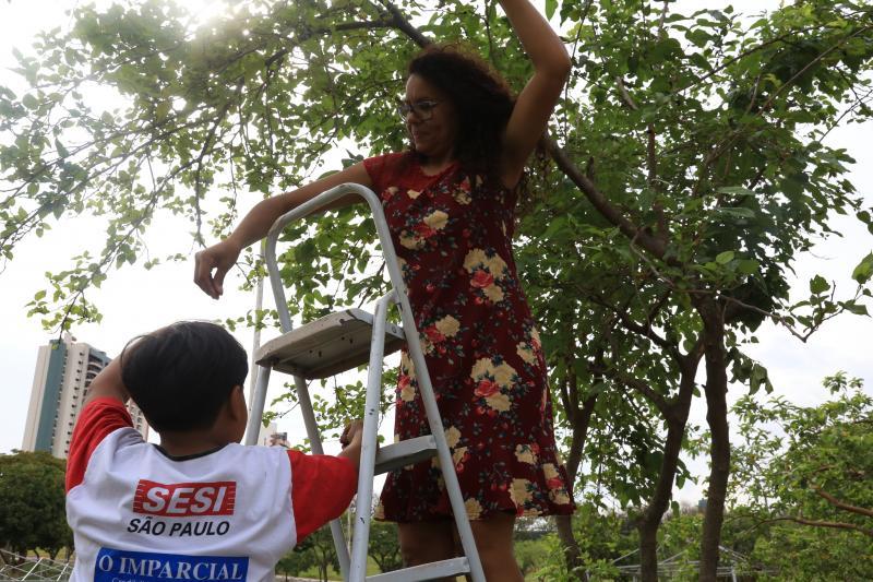 Jean Ramalho - Denise colhe amoras todos os dias com o neto no Parque do Povo