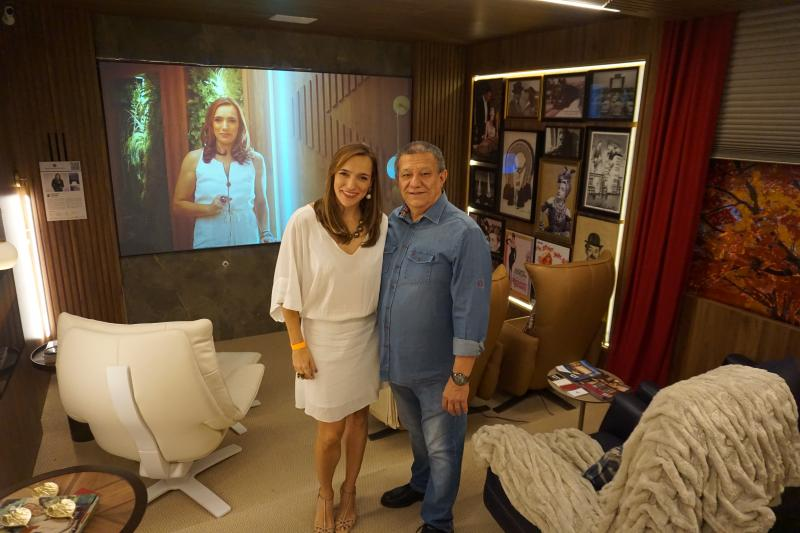 DESTAQUE Valter Lima, da Áudio Way, e Carol Viáfora, na sala de home theater da Mostra Morar Bem 2019